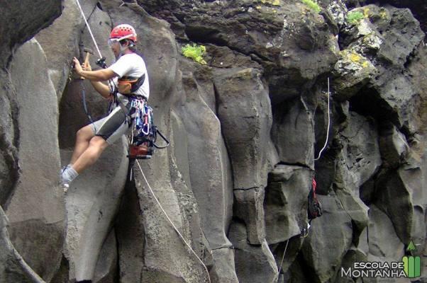 Abertura e equipamento de vias de escalada